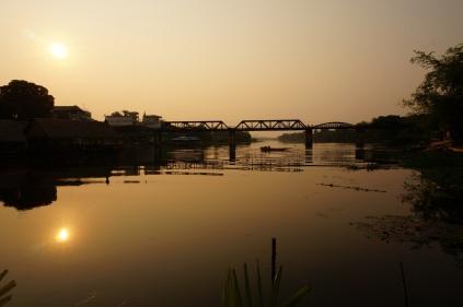 Lever du soleil au pont de la rivière Kwai