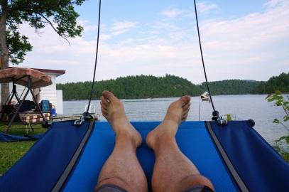 Les pieds vers le lac (et non dans le lac)