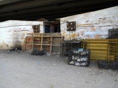 Des maisons sous un viaduc: il y a des gens partout