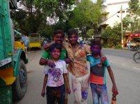 Des jeunes qui célèbrent la fête des couleurs
