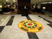 La décoration dans le lobby de l'hôtel pour la fête des couleurs