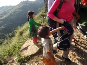 Les enfants qu viennent nous vendre des braceleti