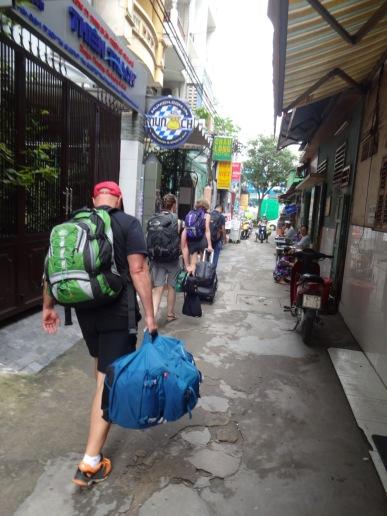 En direction de l'autobus avec nos bagages