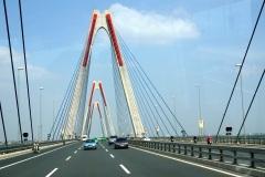 Le pont à Hanoi sur la rivière Rouge