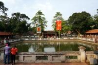 Le drapeau du Vietnam et de la littérature au temple du même nom