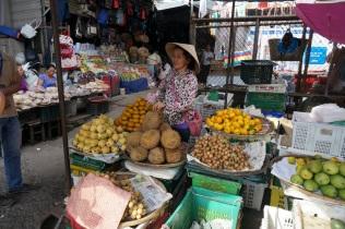 Un tour au marché, le guide ne veut pas que nous mangions du durian dans l'auto