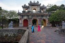 Nous sommes à la sortie. Deux femmes avec la robe traditionnelle vietnamienne