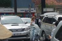 On se prépare pour les photos de mariage