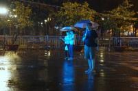 Je regarde un spectacle vietnamien sous la pluie