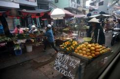 On passe devant un marché