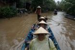 Tour de barque, nous sommes de vrais vetnamiens avec les chapeaux coniques