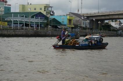 En route vers le marché flottant, c'est à cet endroit qu'on vend des fruits et légumes en gros