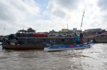 Chaque bateau a une perche de bambou en avant avec les variétés vendues