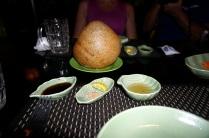 Au repas du midi: boule de riz frite. On la découpe avec des ciseaux pour la manger