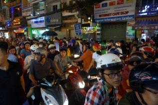 Avec des motos et mobylettes au centre de la rue
