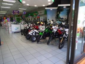 C'est un magasin qui vend de tout: motos et électro-ménagers