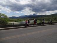 Tout le monde regarde en bas du pont