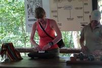 On fait travailler les touristes pour fabriquer la pâte de cacao