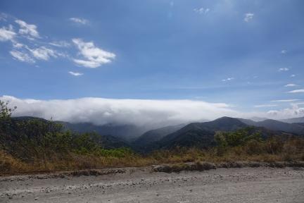 On voit Monteverde dans les nuages, il y pleut presque constamment