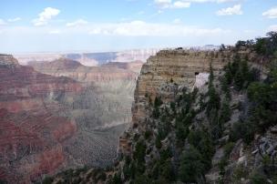 A travers le trou du roc, on peut voir la rivière Colorado