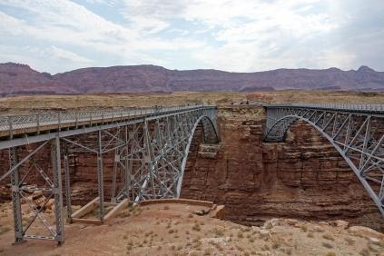 Le pont qui enjambe la rivièere Colorado. A drooite le nouveau, à gauche pour les piétons