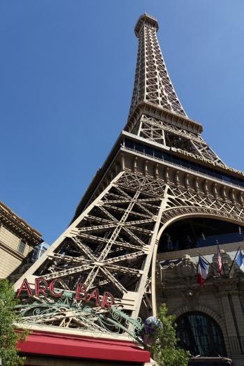 Une photo de la mini tour Eiffel en passant