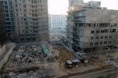 Un camp entouré de nouvelles constructions