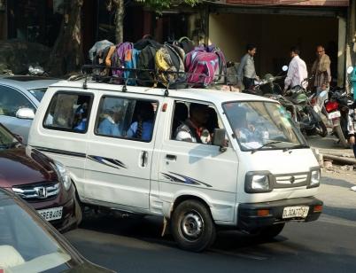 Tiens, un autobus scolaire, il ne faut perdre les devoirs