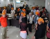 On met notre costume pour le temple Sikh (pied nu sur le marbre...)
