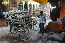 La livraison du bois pour la crémation