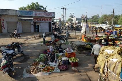 Un vendeur de fruits et légumes