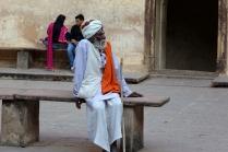 Un indien se repose de sa visite du palais