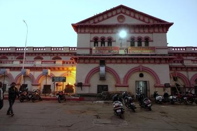 Enfin à la gare pour notre départ pour Agra