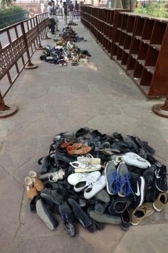 Les indiens devient être pieds nus pour visiter le Taj Mahal (les étrangers peuvent utiliser des couvre-chaussures.