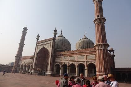 Arrivée à la Mosquée, on remarque les 5 portes qui correspondes aux prières