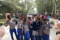 On croise un groupe d'écoliers heureux de nous voir