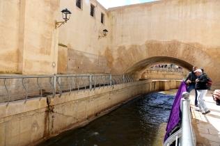 Une rivière coulent à l'intérieur des murs