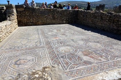 Dans les maisons de cette époque des mosaïques accueillaient le gens