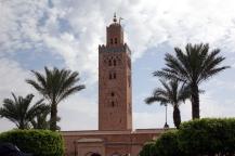 Le minaret de la Mosquée de Marrakech, tout en haut, un mât montre la direction de La Mecque
