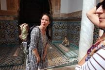 Une mère française désespérée de voir sa fille courir sur les tombeau