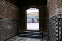 """Une porte, on remarque en bas à droite, un trou pour les chats qui sont des animaux considérés """"propres"""" par les musulmans"""
