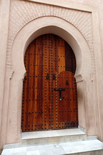 Le devant des demeures est toujours sobres et la porte est composée de 2 portes