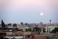 La lune se couche sur la ville pendant que nous nous préparons