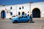 Ici les taxis sont bleus avec le toit blanc