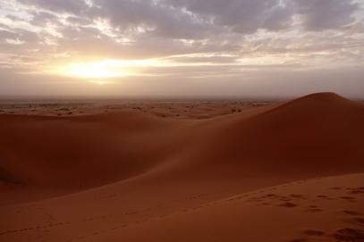 Le lever de soleil vers l'Algérie