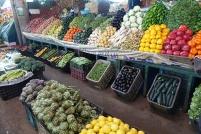 Des fruits avec des étalages qui compétitiennent n'importe laquelle de nos épiceries