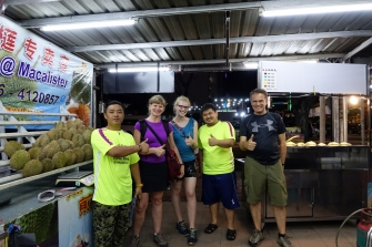 Des vendeurs de Durians pres de l'hôtel. Interdit d en rapporter