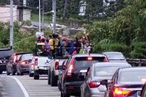 Des enfants nous saluent pendant que nous marchions sur le bord de la route