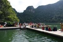 Des pontons flottants nous permettent de se promener sur le lac