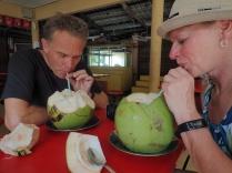 On sirote une noix de coco